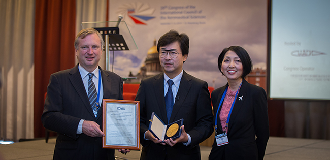 From left to right: the President of ICAS M. Scott, laureate of ICAS — Award for Innovation in Aeronautics Michimasa Fujino and the representative of the Executive Committee of the ICAS (China) S. Ying